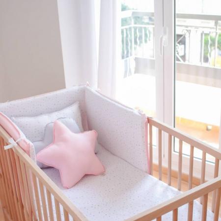 Ropa de cama de cuna con triángulos rosas
