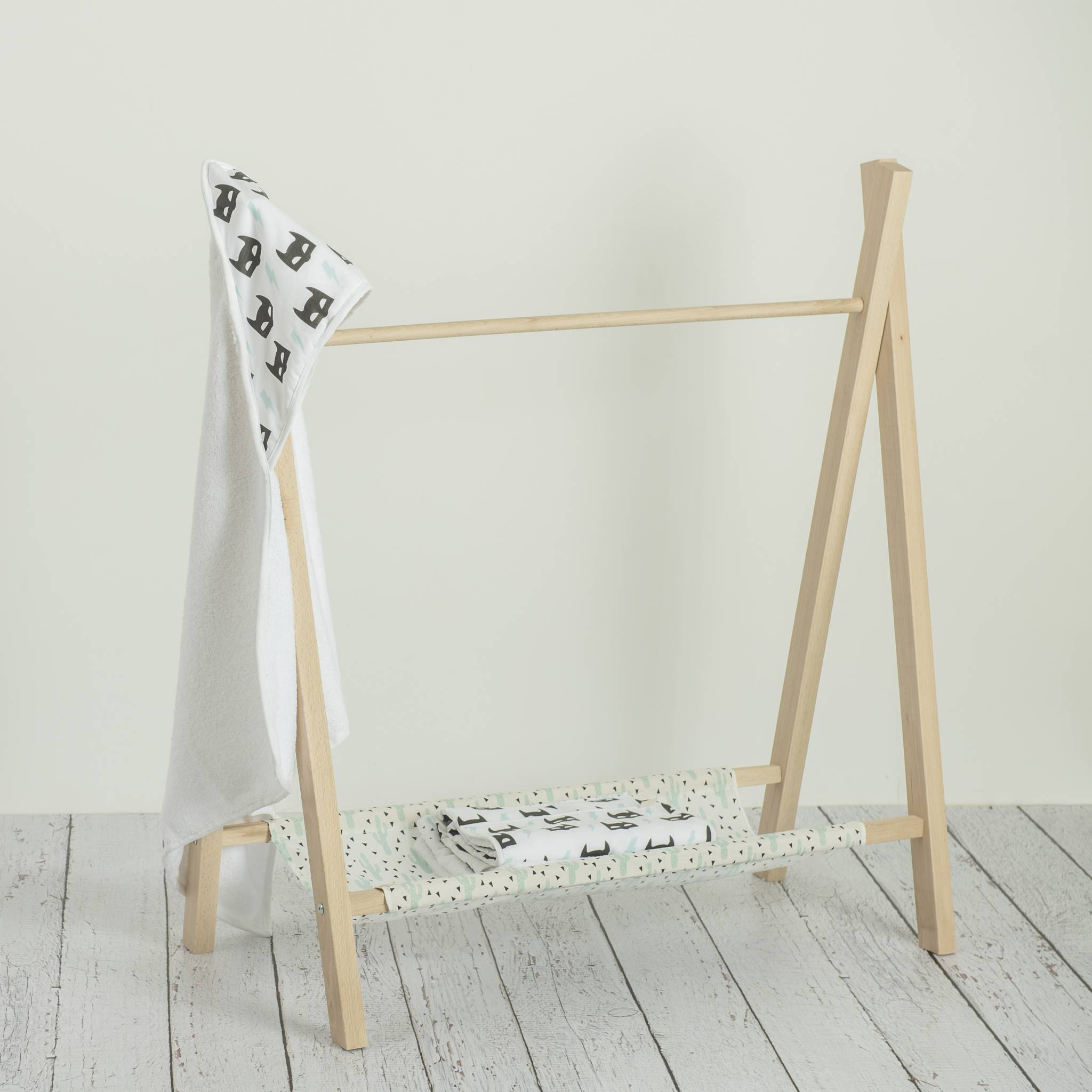Perchero de madera tipi estrellita la valiente for Perchero pared infantil