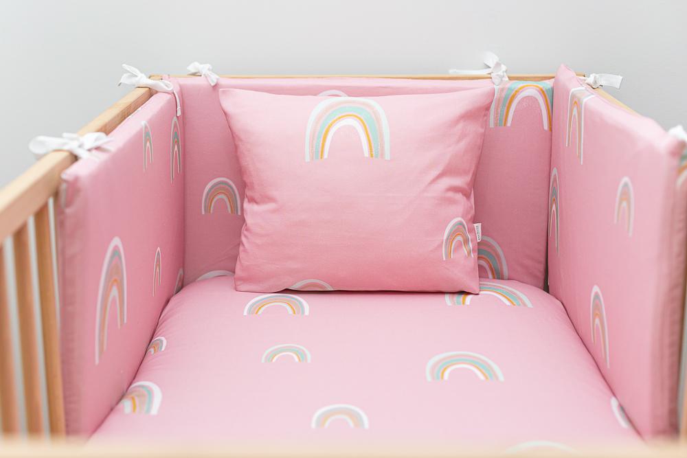 Protectores de cuna y cojín a juego con sábanas de color rosa