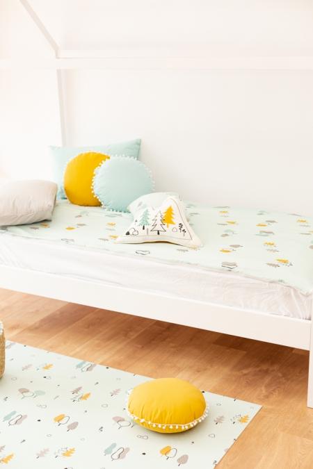 Ropa de cama infantil con cojines y alfombra árboles