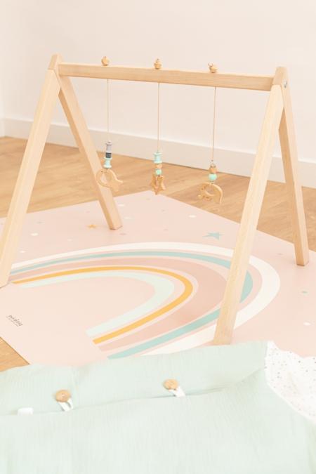 Composición saco de dormir para bebé y alfombra arco iris