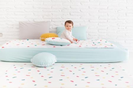 Ropa de cama colección huellas: cojín, sábana y alfombra