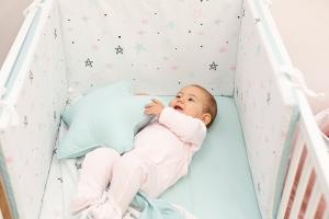 Protector cuna bebé Noche estrellada rosa